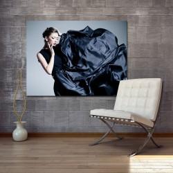 Obraz szklany z motywem modelki w sukni